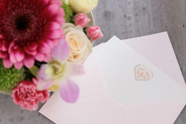 花と封筒と便箋